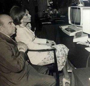 عکس اولین کامپیوتر ایران درکنار هویدا
